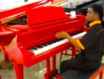 Piano merah